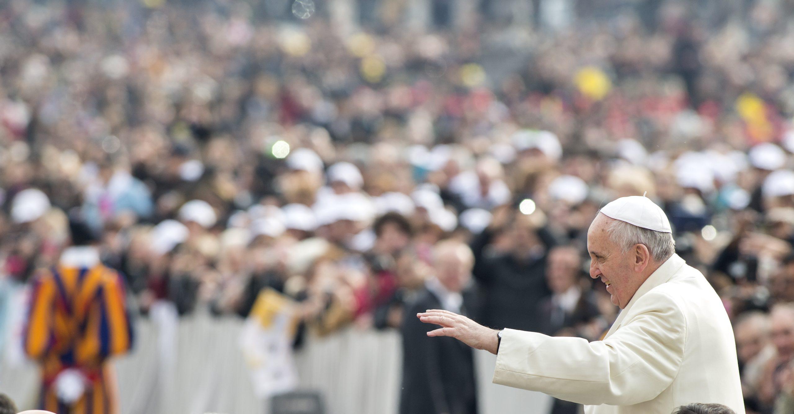 pape avec foule